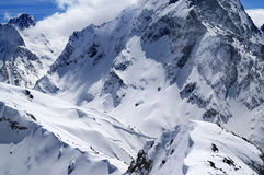 Montagnes d'hiver avec la corniche de neige dans le beau jour du soleil Photos libres de droits