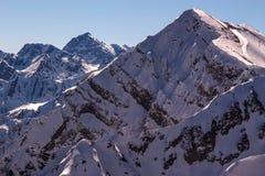 Montagnes d'hiver de matin avec des télésièges Images libres de droits