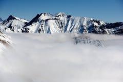 Montagnes d'hiver de Milou dans le jour du soleil Montagnes de Caucase, la Géorgie, de la station de sports d'hiver Gudauri photo stock