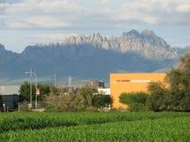 Montagnes d'organe au-dessus de Las Cruces Convention Center photographie stock