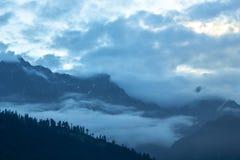 Montagnes d'une nuit dans un brouillard images stock