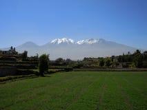 Montagnes, dans la ville d'Arequipa, le Pérou images libres de droits
