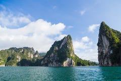 Montagnes dans le barrage avec le ciel bleu photographie stock