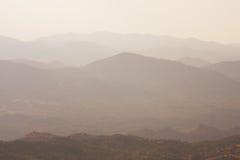 Montagnes dans le brouillard Image libre de droits
