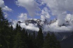 Montagnes dans les nuages Photos libres de droits