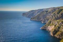 Montagnes de bord de la mer Photographie stock