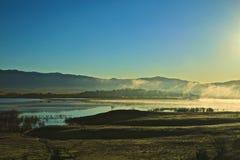 Montagnes de brouillard de lever de soleil photos libres de droits