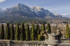 Montagnes de Bucegi, vues de la cour de palais de Cantacuzino Image stock