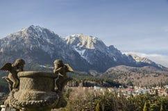 Montagnes de Bucegi, vues de la cour de palais de Cantacuzino Photos libres de droits