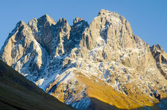 Montagnes de Caucase en été, Chiukhebi maximal et ciel bleu Photo libre de droits