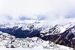 Montagnes de Caucase sous la neige pelucheuse Photographie stock