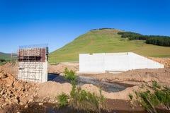 Montagnes de construction de pont Image stock