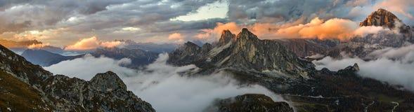 Montagnes de coucher du soleil de panorama en dolomite Photos stock