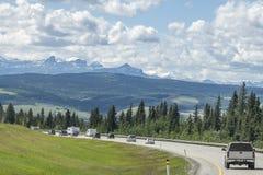 Montagnes de déplacement de groupe de voiture Photographie stock