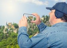 Montagnes de déplacement de tir d'homme plus âgé photographie stock
