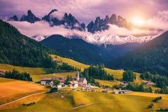 Montagnes de dolomites d'Imressive et villages traditionnels Au nord de Image libre de droits