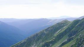 Montagnes de Fagaras dans l'heure d'été à la lumière du jour banque de vidéos