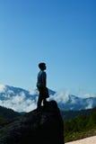 montagnes de garçon photos libres de droits