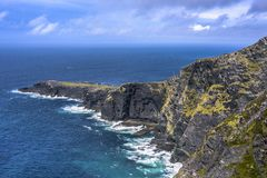 Montagnes de Geokaun et falaises de Fogher chez Valentina Island, Ring Of Kerry, Irlande photo stock