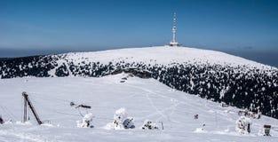 Montagnes de Jeseniky d'hiver avec les collines kameny de Praded et de Petrovy Photo libre de droits