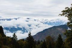 Montagnes de l'Himalaya couvertes de nuages par temps obscurci Photos stock