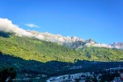 Montagnes de l'Himalaya dans un matin Photo stock