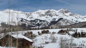 Montagnes de l'hiver avec des cabines Images libres de droits