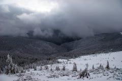 Montagnes de l'hiver avec la tempête de neige de approche photo stock