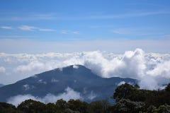 Montagnes de la Thaïlande de ciel bleu dans la brume et le brouillard Photo libre de droits