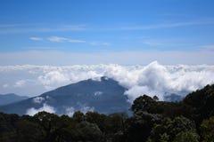Montagnes de la Thaïlande de ciel bleu dans la brume et le brouillard Images stock