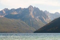 Montagnes de lac et de dent de scie redfish en Idaho Image stock