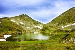 Montagnes de lac et de Fagaras Capra en Roumanie Photographie stock libre de droits
