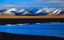 Montagnes de lac et de nyainqentanglha Nam Co Photographie stock libre de droits
