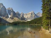 Montagnes de lac moraine et parc national de Shoreline Banff photos libres de droits
