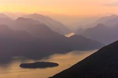 Montagnes de lac sunset Photographie stock libre de droits