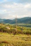 Montagnes de lignes électriques Transmission de l'électricité dans le village de montagne Ligne électrique Transport d'énergie Photographie stock libre de droits
