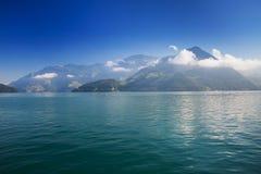 Montagnes de luzerne et de Suisse de lac en vallée suisse de couteau dans Brunnen, Suisse Photo stock