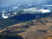 Montagnes de Milou avec le ciel nuageux Photos stock