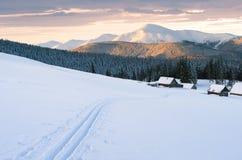 Montagnes de Milou en hiver avec des voies de ski Photos stock