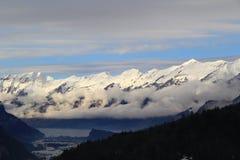 Montagnes de neige ANG de bas nuages le lac sous des nuages Image libre de droits