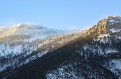 Montagnes de neige au coucher du soleil avec le brouillard Photos libres de droits