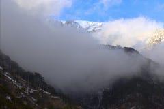 Montagnes de neige au coucher du soleil avec le brouillard Photo libre de droits