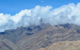 Montagnes de neige avec des nuages Images stock