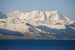 Montagnes de neige avec un lac Image stock