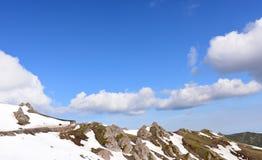 Montagnes de neige, ciel bleu Photo libre de droits