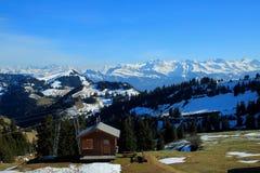 Montagnes de neige un temps clair de montagne Rigi Image stock