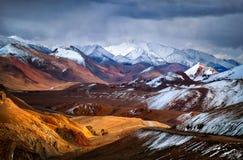 Montagnes de Pamir La vue du passage Akbaital Image libre de droits