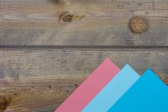 Montagnes de papier colorées avec le soleil de liège contre le textu en bois rustique Photographie stock libre de droits