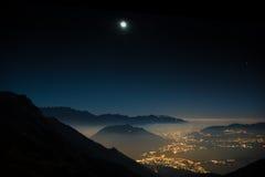 Montagnes de paysage de nuit avec la lune images stock