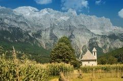 Montagnes de Prokletije, vue de village de Thethi, Image stock